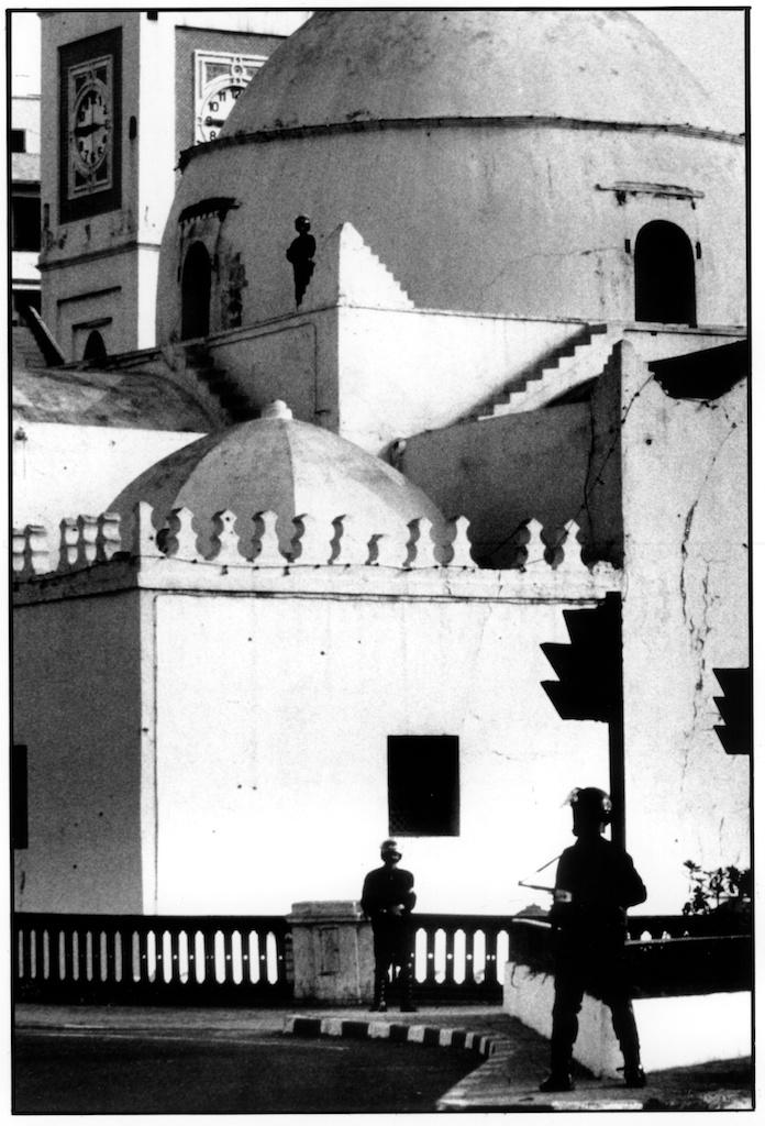 Le vendredi, la tension règne aux abords des mosquées, Alger, juillet 1992.