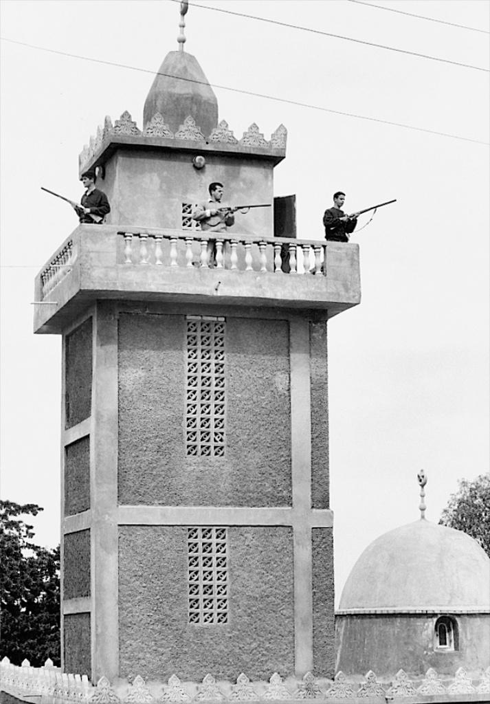 """""""Patriotes"""" sur le minaret de la mosquée d'Igoujdal, mars 1995."""
