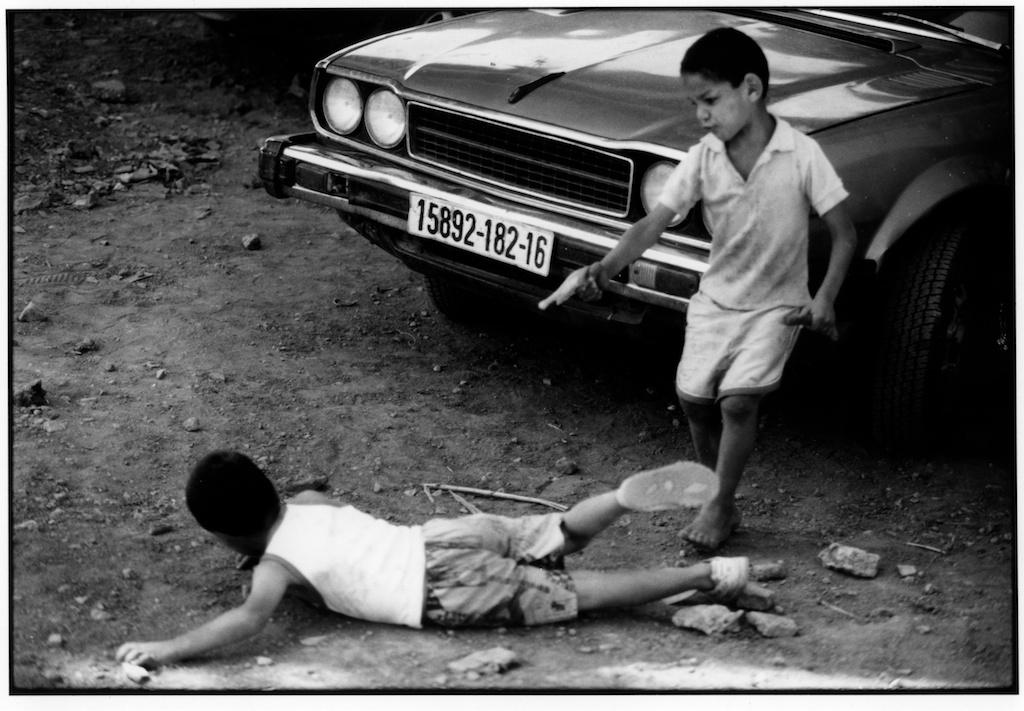 Dans la banlieue d'Alger, deux garçons jouent au policier et au terroriste.
