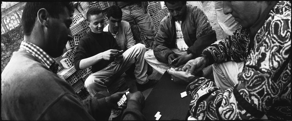 Jeunes dans le quartier de Hussein Dey, à Alger, jouant aux dominos.