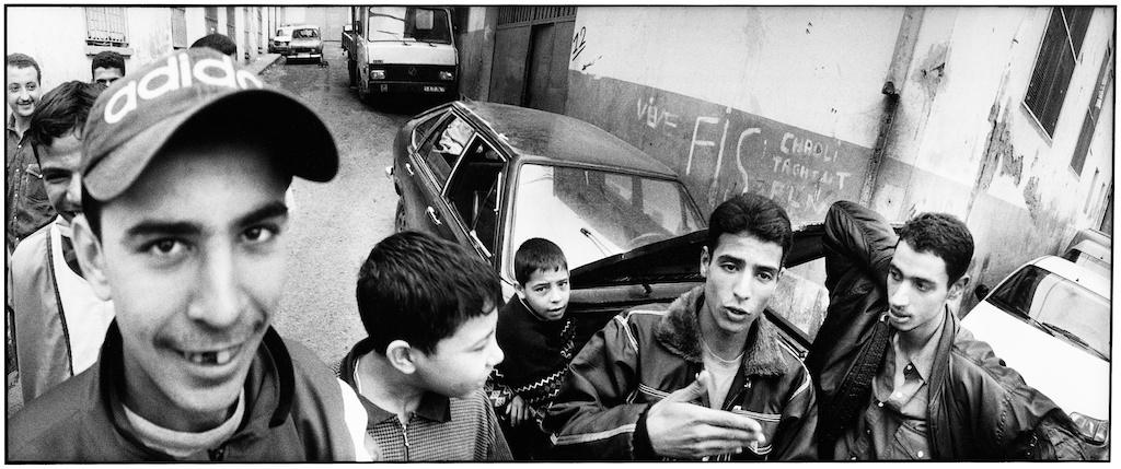 Jeunes d'Alger rêvant de partir à l'étranger.